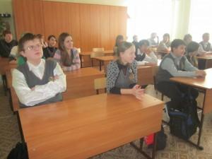 Ученики слушали серьезно и внимательно лекцию по физике